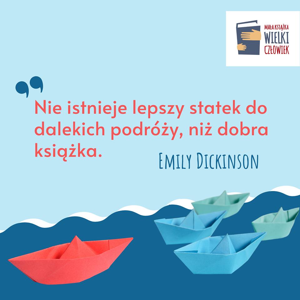 """Plakat z cytatem """" Nie istnieje lepszy statek do dalekich podróży, niż dobra książka"""" - Emily Dickinson. Plakat w kolorze niebieskim, na plakacie pięć łódek wykonanych metodą origami"""