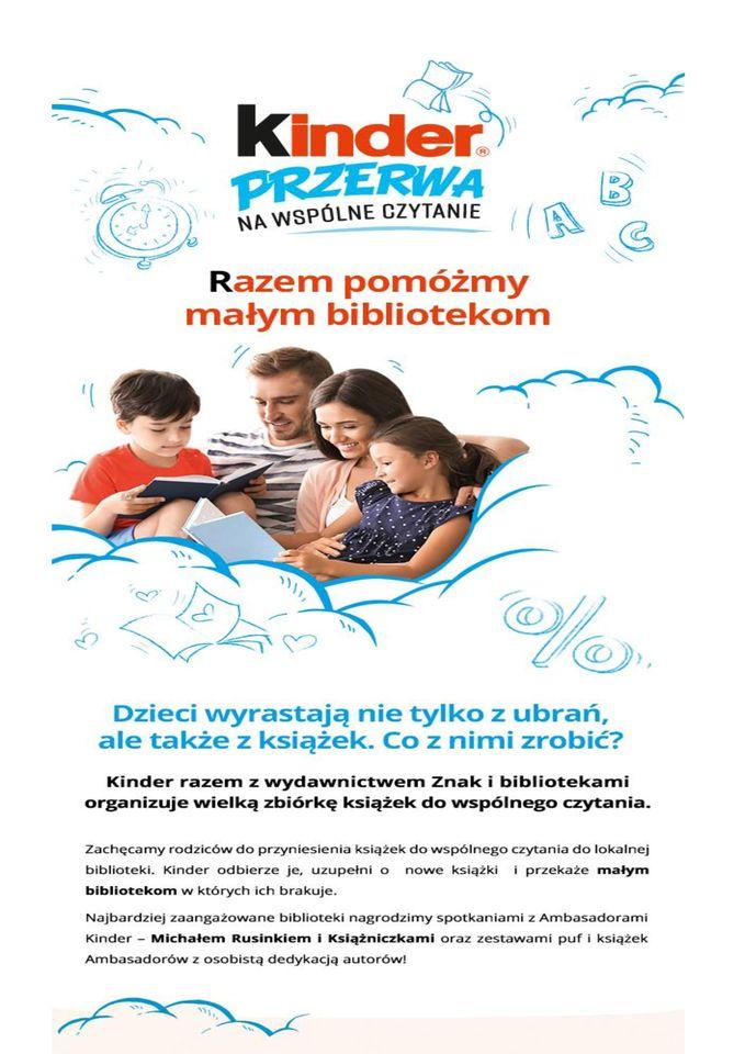 Na plakacie rodzina z dziećmi, którzy wspólnie czytają książkę