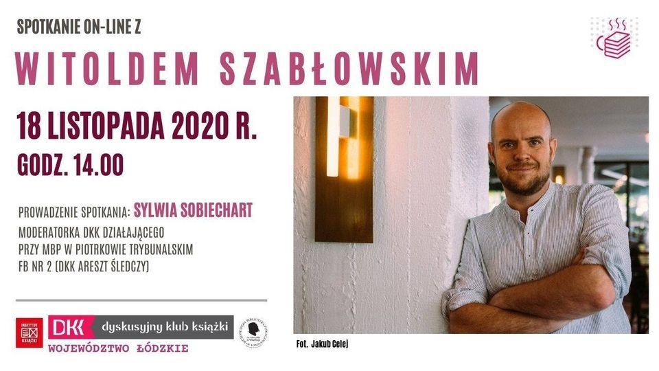Spotkanie on-line z Witoldem Szabłowskim. Plakat na białym tle. Po lewej stronie informacje o spotkaniu, po prawej zdjęcie autora