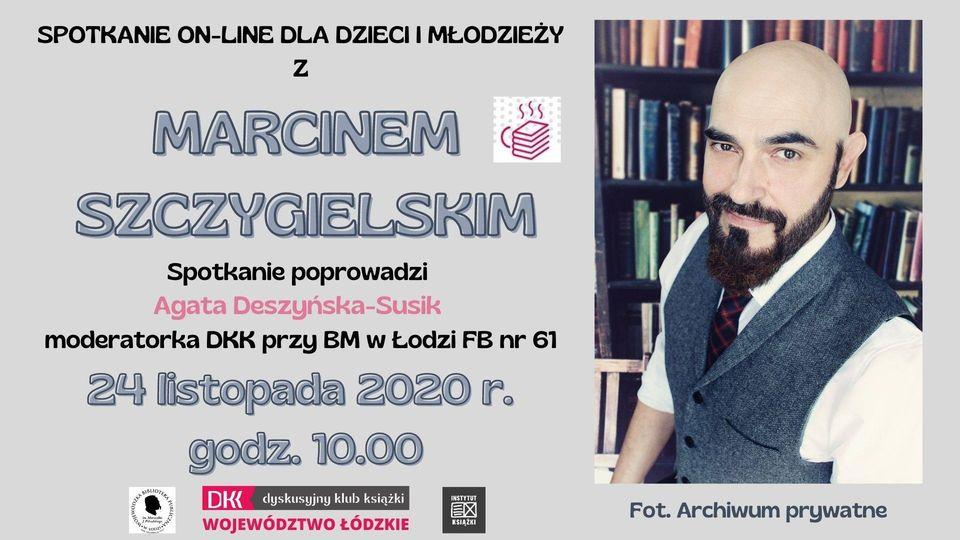 Spotkanie on-line z Marcinem Szczygielskim. Plakat na szarym tle. Po lewej stronie informacje o spotkaniu, po prawej zdjęcie autora