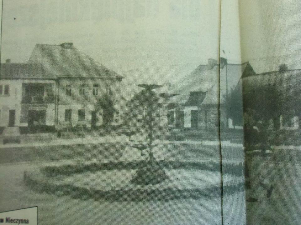 Stare zdjęcie Szadku. Na głównym planie fontanna, w tle widać kamienice