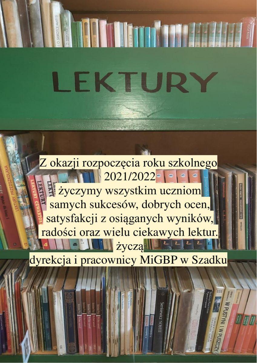 Regał z książkami. Książki ustawione pionowo, grzbietami do przodu. Na środku napis lektury na zielonym tle. Niżej życzenia dla uczniów na nowy rok szkolny.