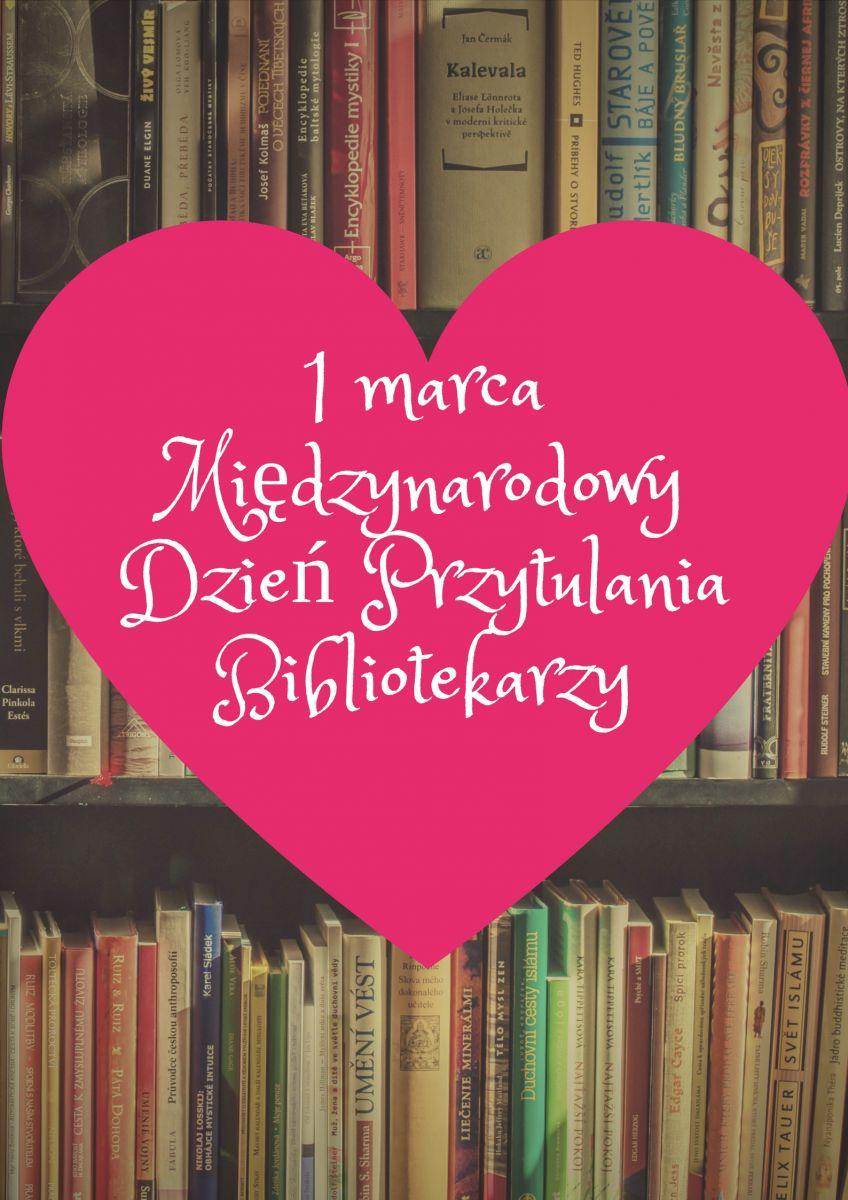 Na środku rózowe serce z napisem: 1 marca Międzynarodowy Dzień Przytulania Bibliotekarzy. W tle regał z książkami