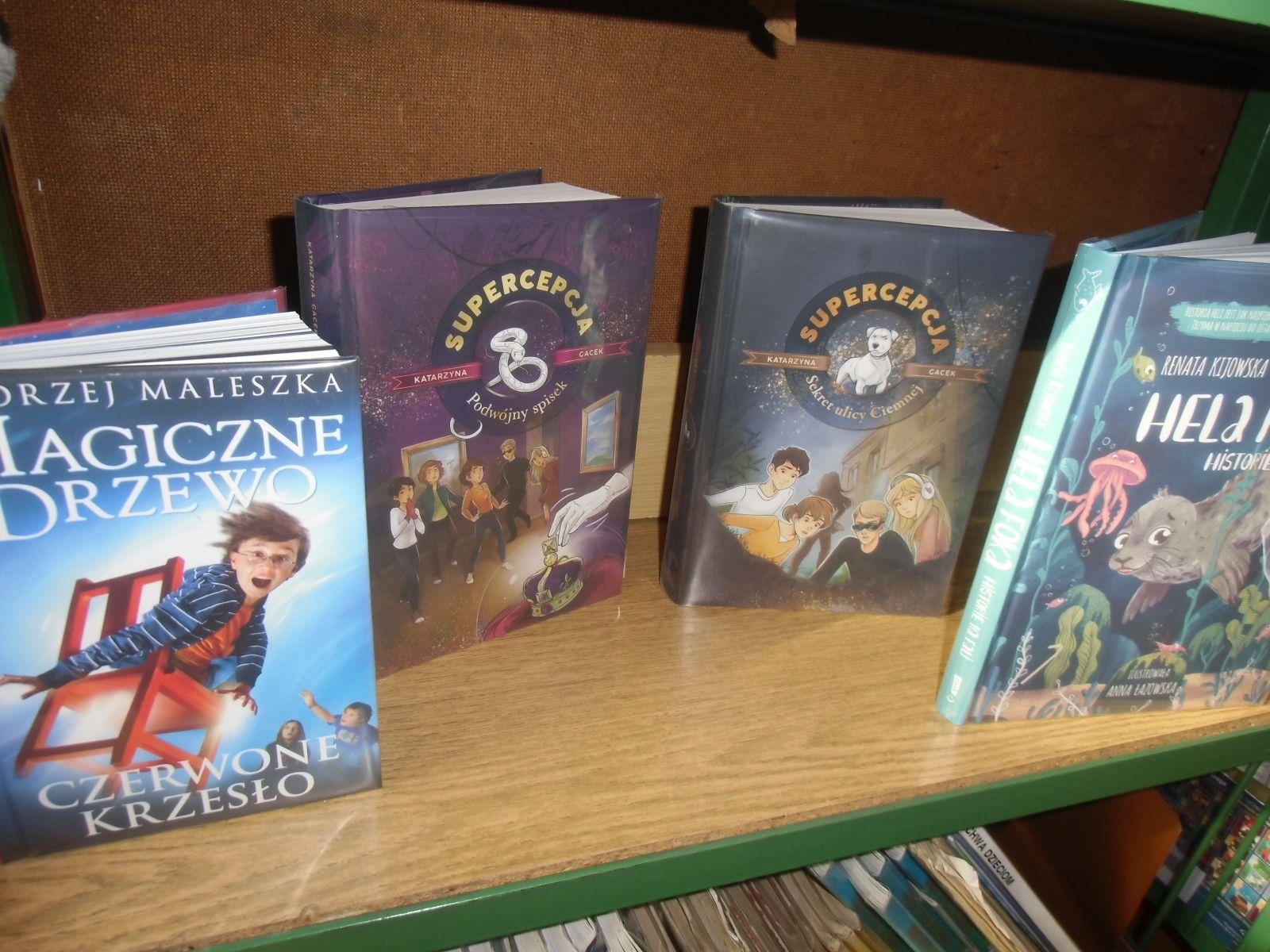 Na półce stoją cztery książki dla młodzieży