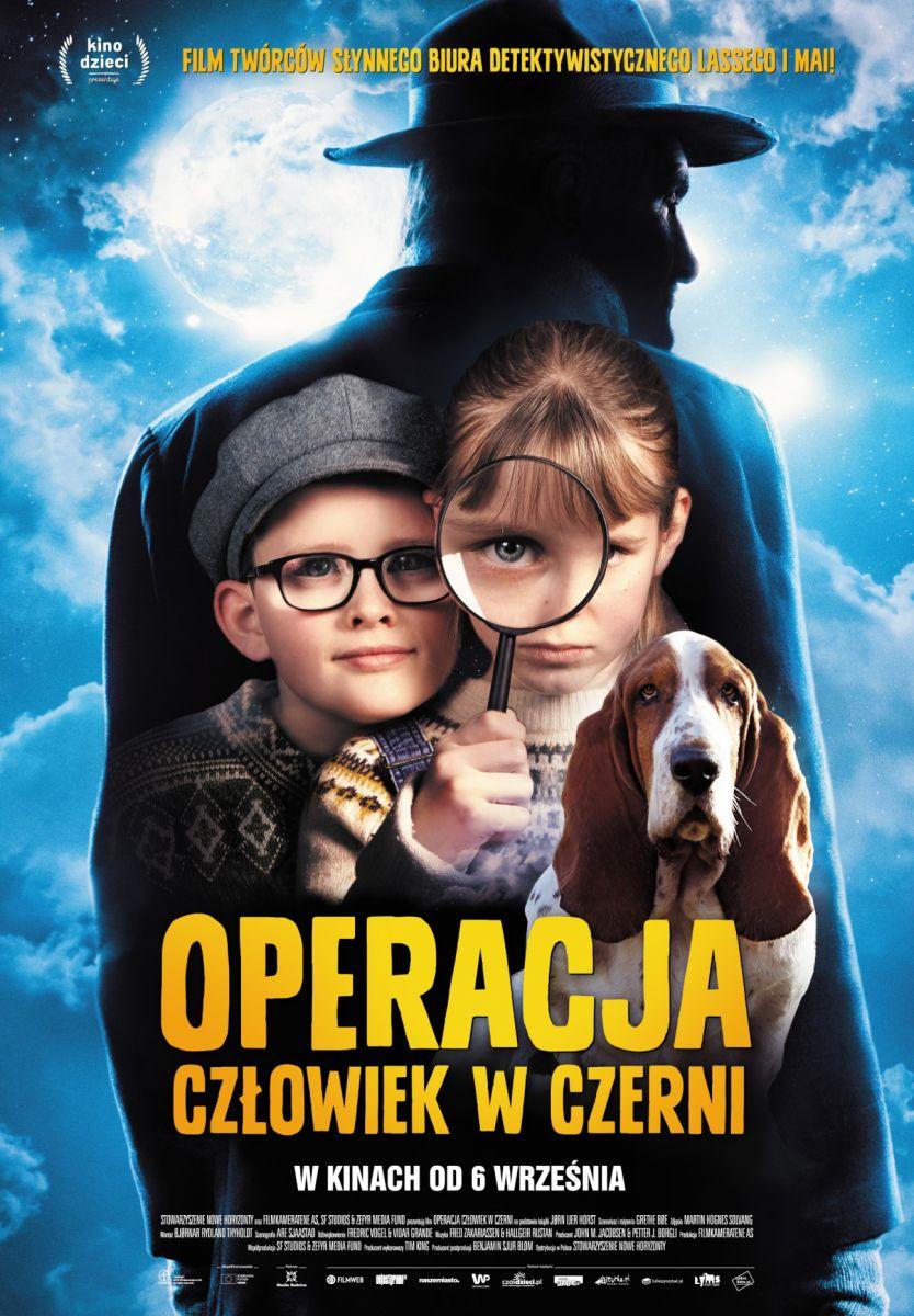 """Plakat reklamujący film """"Operacja Człowiek w czerni"""". Na plakacie odwrócony tyłem mężczyzna w płaszczu i kapeluszu. Na pierwszym planie widać dwoje dzieci chłopca i dziewczynkę oraz psa rasy Basset. Chłopiec w okularach i szarym kaszkiecie, dziewczynka patrzy przez lupę. Tło niebieskie, w lewym górnym rogu widoczny księżyc."""