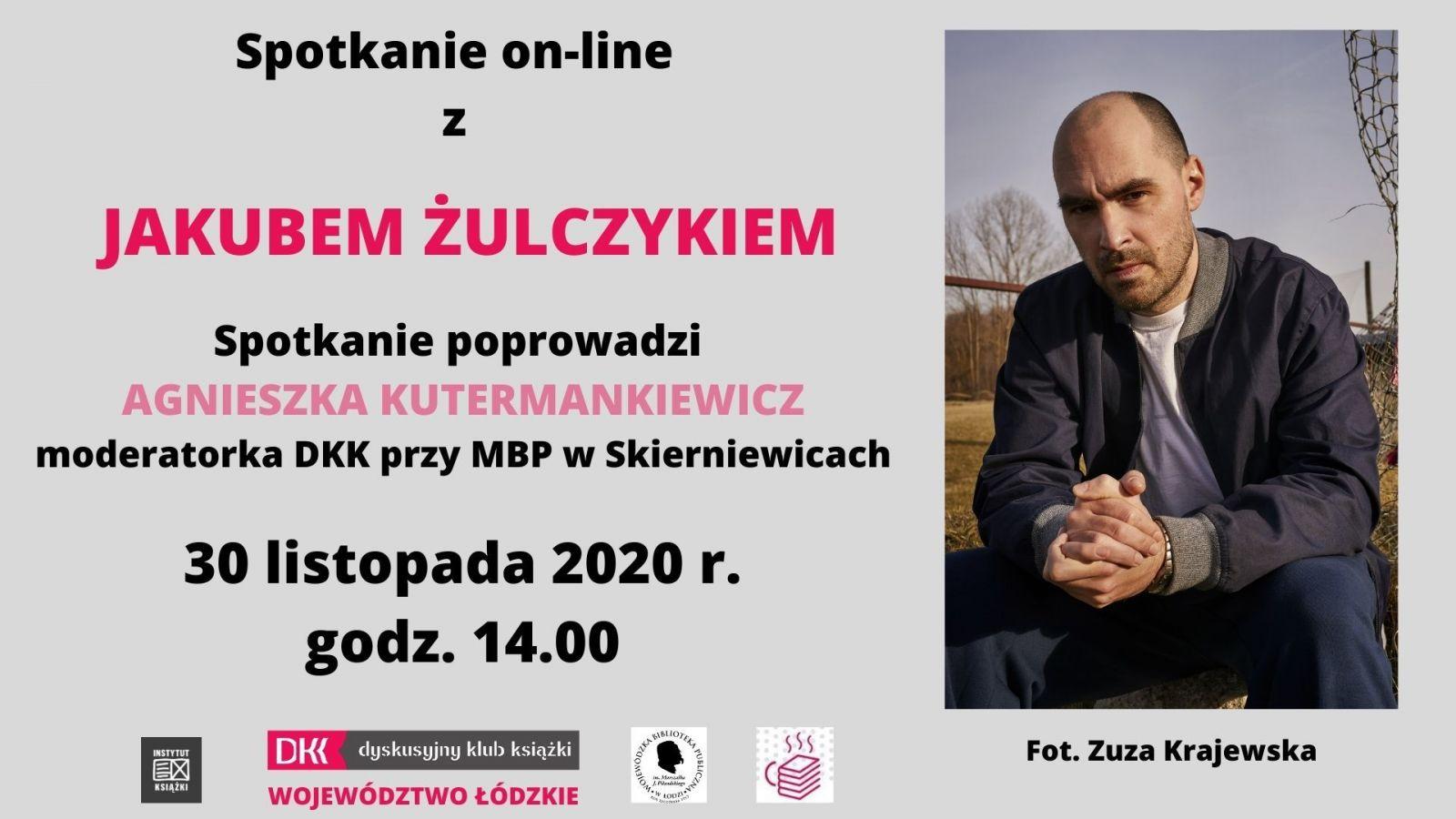 Spotkanie on-line z Jakubem Żulczykiem. Plakat na szarym tle. Po lewej stronie informacje o spotkaniu, po prawej zdjęcie autora